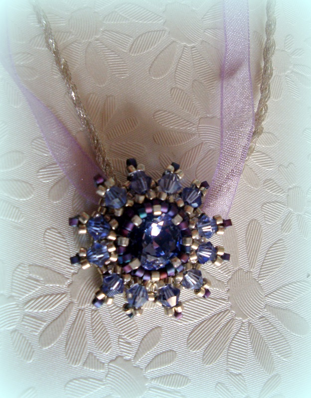 pendentif en perles de rocailles et strass